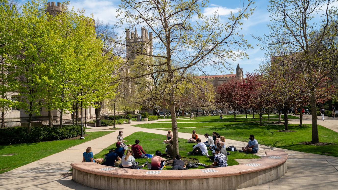 A class learns outdoors on the UChicago campus