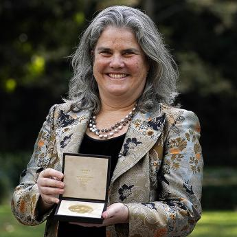 Andrea Ghez receives Nobel medal